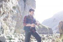 Bergsteiger, stehend mit Wasserflasche — Stockfoto
