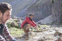 Montañistas se lava en chorro - foto de stock