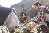 Montanhistas ter refeição no acampamento-base — Fotografia de Stock
