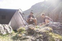 Montañeros con comida en el campamento base - foto de stock