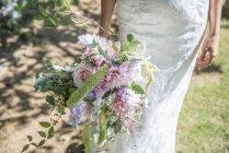 Bouquet di holding sposa di fiori — Foto stock