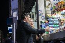 Пара купівлі кондитерської від кіоску — стокове фото