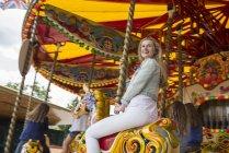 Mädchen reiten Karussell am Südufer — Stockfoto