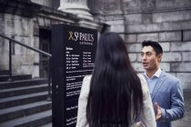 Couple examining stand near St Pauls Cathedral — Stock Photo