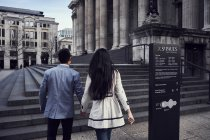 Couple walking up stairs near St Pauls Cathedral — Stock Photo