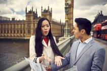 Coppia litigando mentre guardando la mappa di viaggio — Foto stock