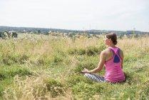 Femme jouit d'une journée ensoleillée dans la Prairie — Photo de stock