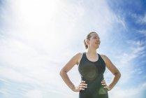 Женщина наслаждается солнечным днем на лугу — стоковое фото