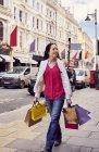 Жінка вигулює з сумками — стокове фото