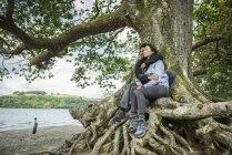 Влюбленные обнимаются на берегу — стоковое фото