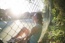 Bénéficiant soleil de soirée femme — Photo de stock
