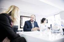 Люди сидять у середовищі office, маючи обговорення — стокове фото