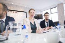 Люди, сидящие в офисной среде и обсуждающие — стоковое фото