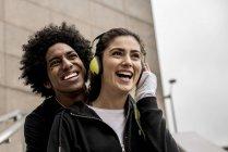 Paar musik hören — Stockfoto