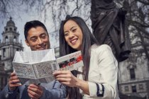 Couple dans Londres lecture carte — Photo de stock