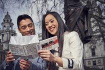 Пара в Лондоні читання карти — стокове фото