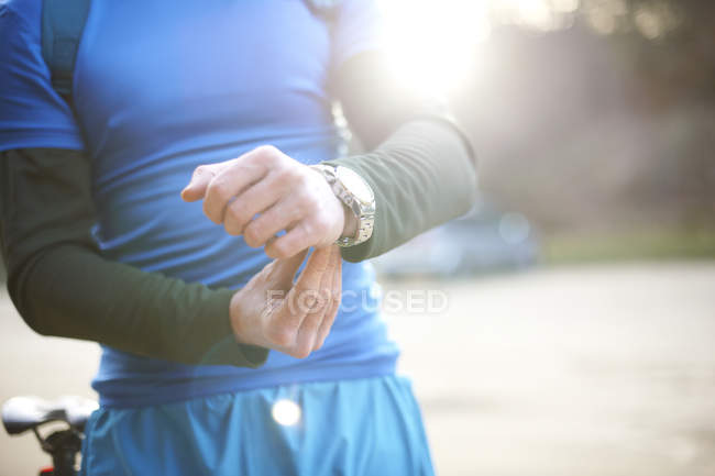 Man fastens watch before exercise — Stock Photo