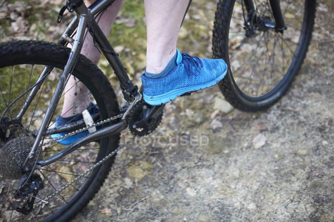 Мужские ноги на горном велосипеде — стоковое фото
