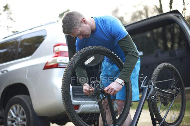 Man fixing mountain bike — Stock Photo