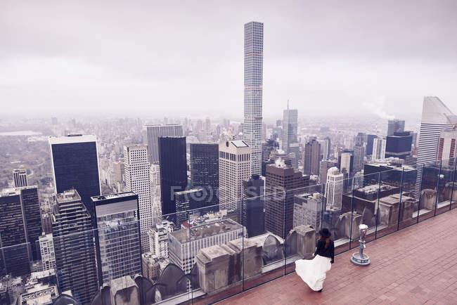 Mujer mirando el horizonte de la ciudad de Nueva York - foto de stock