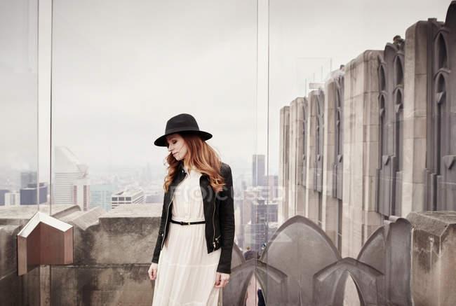 Жінка дивиться на горизонт Нью-Йорка — стокове фото