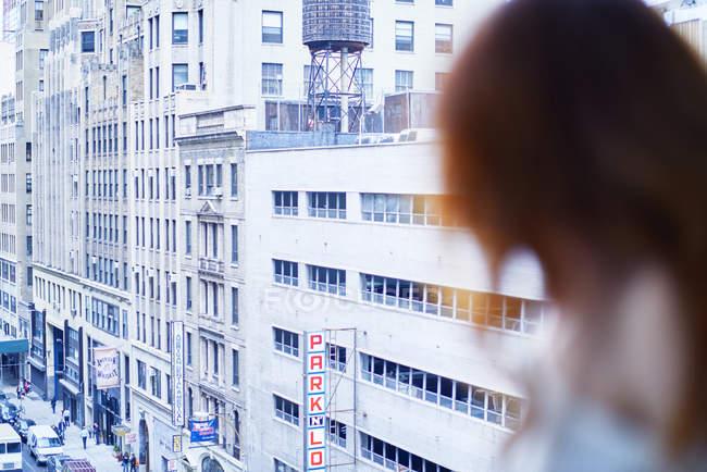 Donna seduta alla finestra nell'appartamento di New York — Foto stock
