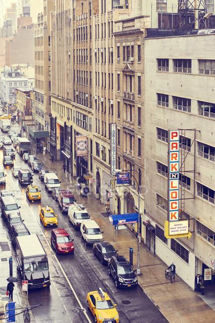 Calle de Nueva York llena de coches - foto de stock
