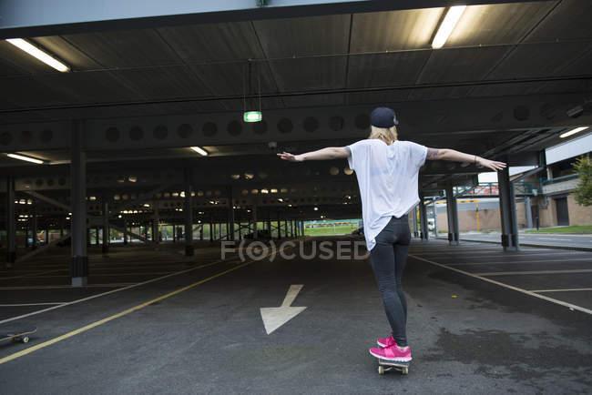 Skater girl having fun with skateboard — Stock Photo