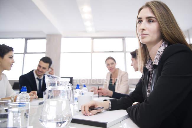 Деловые люди, имеющие встречу в офисе — стоковое фото