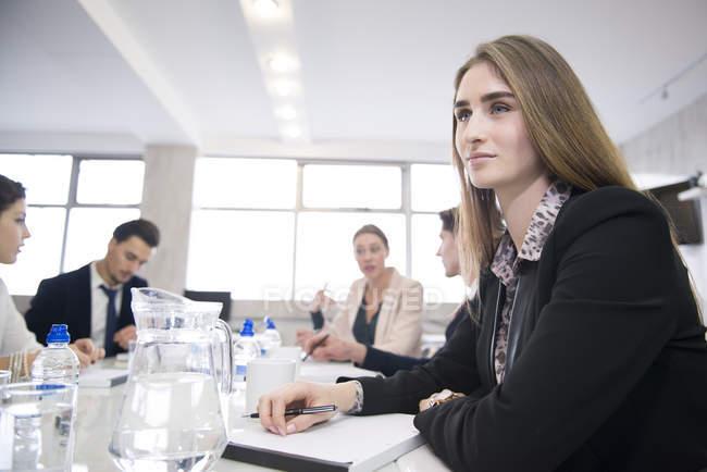 Деловые люди, после встречи в офисе — стоковое фото