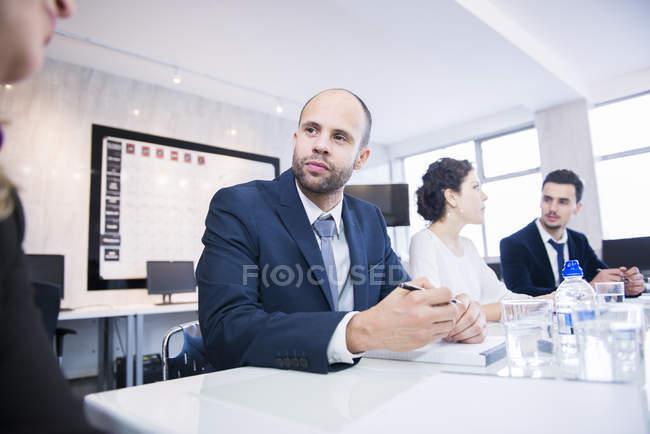 Les gens d'affaires ayant une réunion au bureau — Photo de stock