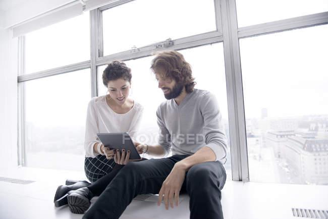 Colleghi che utilizzano tablet digitale — Foto stock