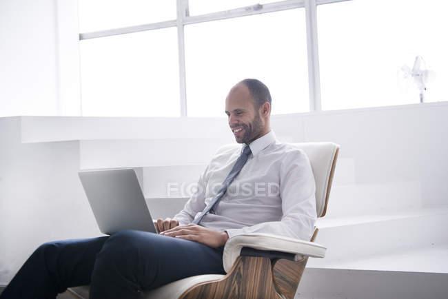 Uomo d'affari che lavora su laptop — Foto stock
