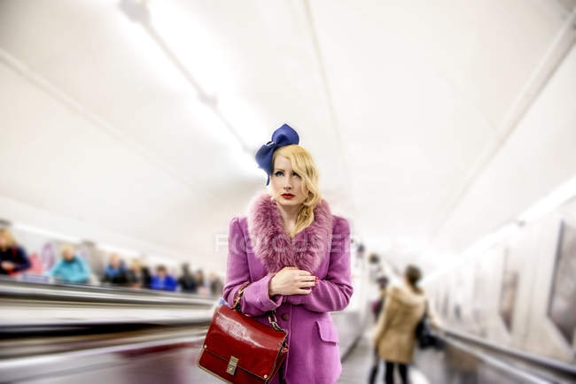 Жінка на підземних ескалатора — стокове фото