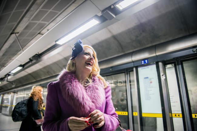Жінку, що стоїть на платформі трубки — стокове фото