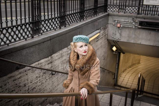 Піднімання вверх по сходах від станції метро жінка — стокове фото