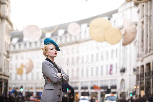 Жінка чекає таксі на Ріджент-стріт — стокове фото