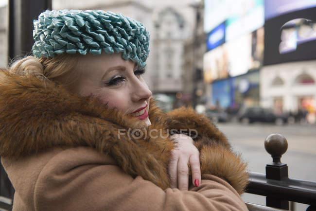 Жінка, стоячи до станції метро перила на вході — стокове фото