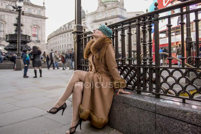 Жінки куріння перила біля входу на станції метро — стокове фото
