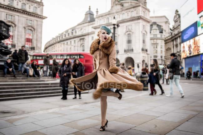Donna twirling intorno dalla statua di Eros — Foto stock