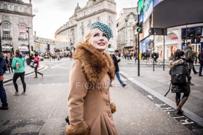 Жінка вигулює про на Пікаділлі — стокове фото