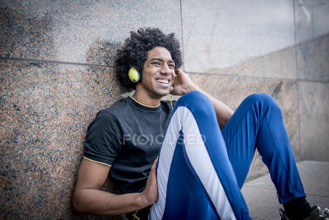 Людина, що слухав музику через навушники — стокове фото