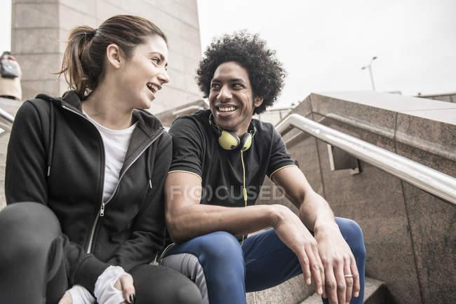Coppia parlando tra loro sulle scale — Foto stock
