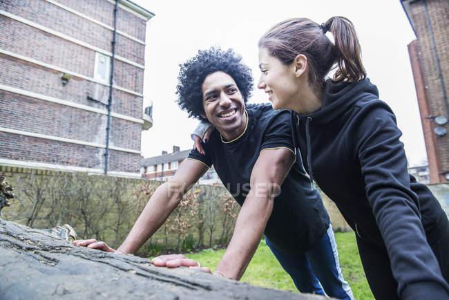 Coppia limbering fino insieme prima jogging — Foto stock