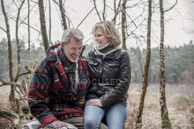 Paare, die Spaß beim Waldspaziergang — Stockfoto