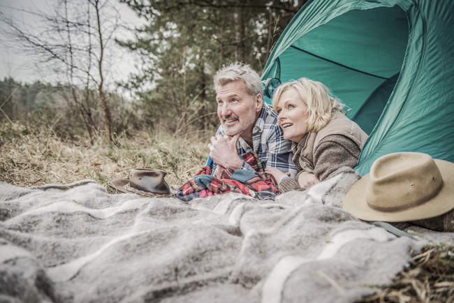 Senior couple having fun at campsite — Stock Photo