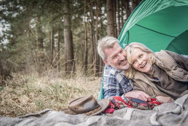 Älteres Paar, die Spaß am Campingplatz — Stockfoto