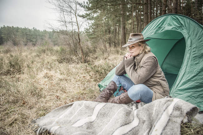 Lady sitting enjoying wilderness from campsite — Stock Photo