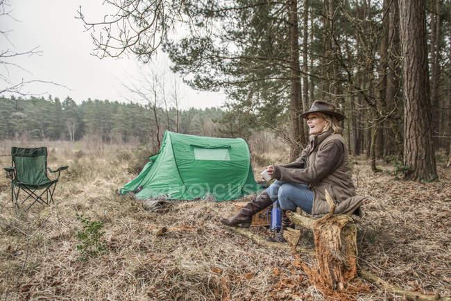 Senhora sentado apreciando a natureza selvagem do parque de campismo — Fotografia de Stock