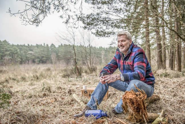Mann sitzend genießen Wildnis — Stockfoto